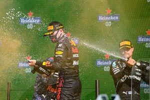 Valtteri Bottas, Mercedes, 3a posizione, spruzza Max Verstappen, Red Bull Racing, 1a posizione, con Champagne sul podio