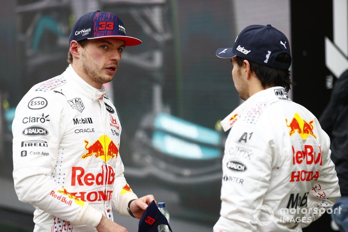 Max Verstappen, Red Bull Racing, 2ª posición, y Sergio Pérez, Red Bull Racing, en Parc Ferme