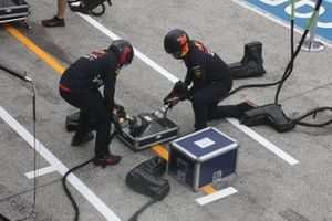 Red Bull Racing mechanics with wheel gun