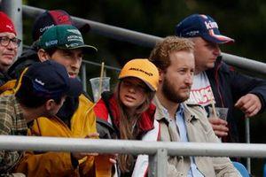 Fans wachten op de start van de kwalificatie