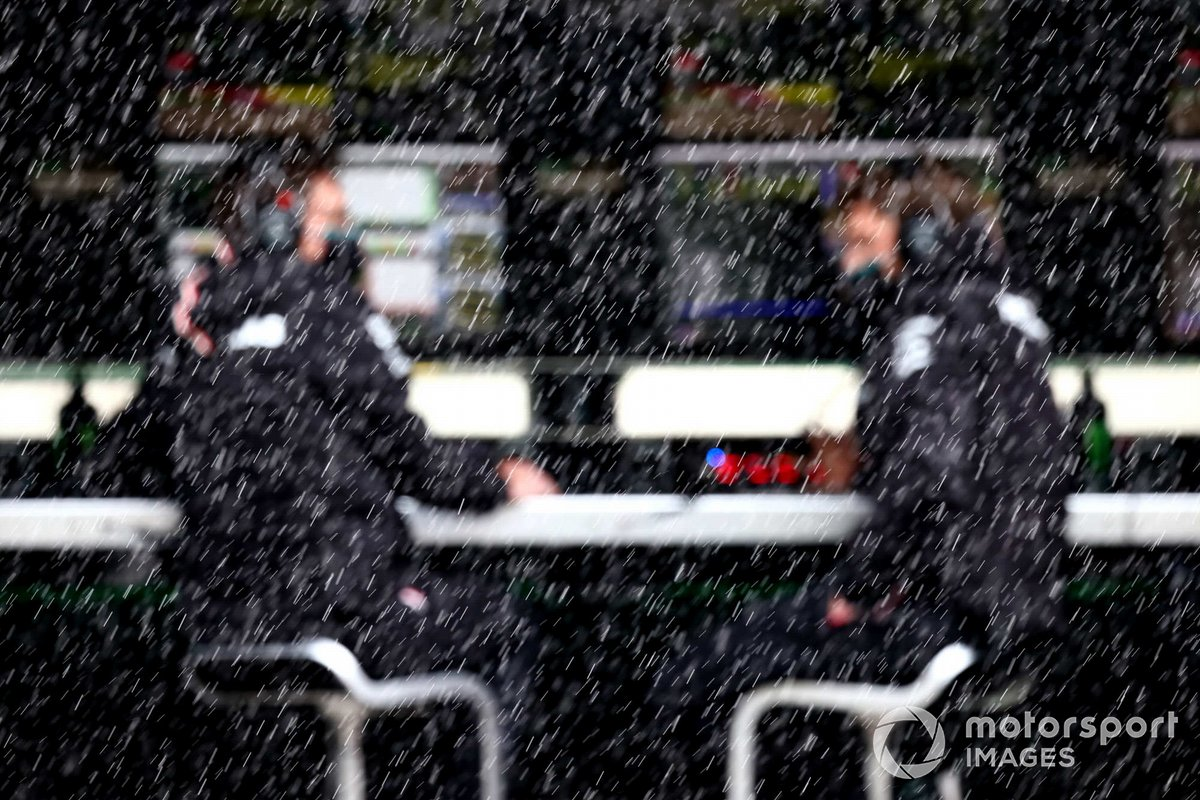 La lluvia cae detrás del muro de boxes de Mercedes