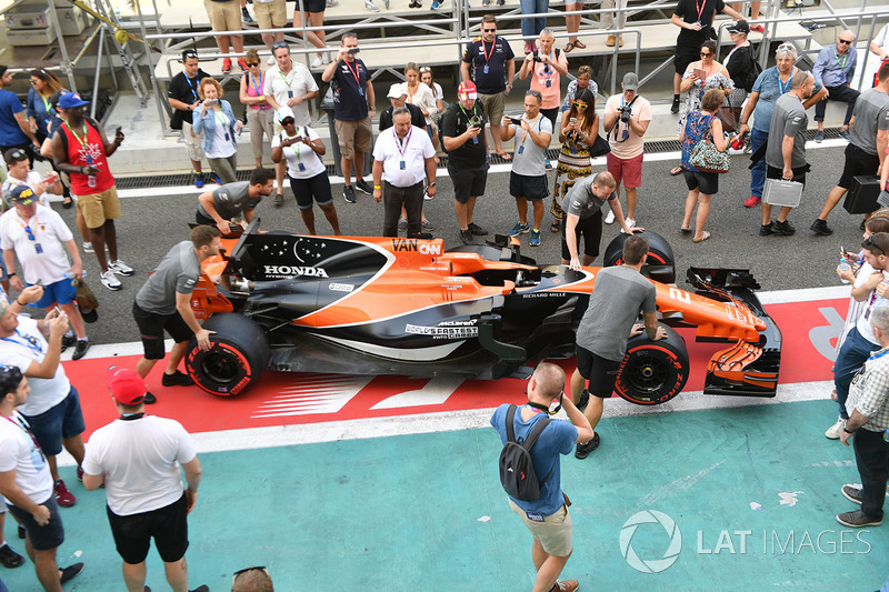 McLaren MCL32 and fans in pit lane