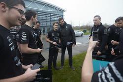 Toto Wolff, directeur Mercedes AMG F1 met alle teamleden