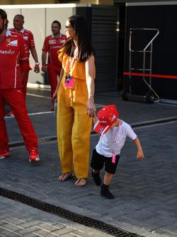 Minttu Virtanen, épouse de Kimi Raikkonen, Ferrari avec son fils Robin Raikkonen