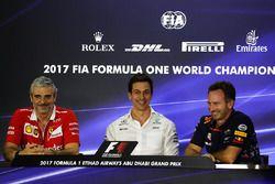 Руководитель Ferrari Маурицио Арривабене, исполнительный директор Mercedes AMG F1 Тото Вольф и руков