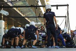 Команда Sauber отрабатывает процедуру пит-стопа
