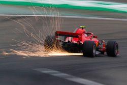 Las chispas vuelan desde el coche de Kimi Raikkonen, Ferrari SF71H