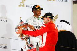 Sebastian Vettel, Ferrari, 1° classificato, e Lewis Hamilton, Mercedes AMG F1, 3° classificato, sul podio