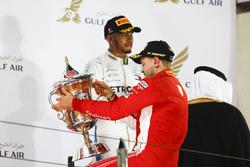 Sebastian Vettel, Ferrari, zwycięzca wyścigu i trzeci na mecie Lewis Hamilton, Mercedes AMG F1, na podium