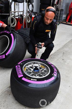 Ingenieros de Ferrari y Pirelli con neumátcos