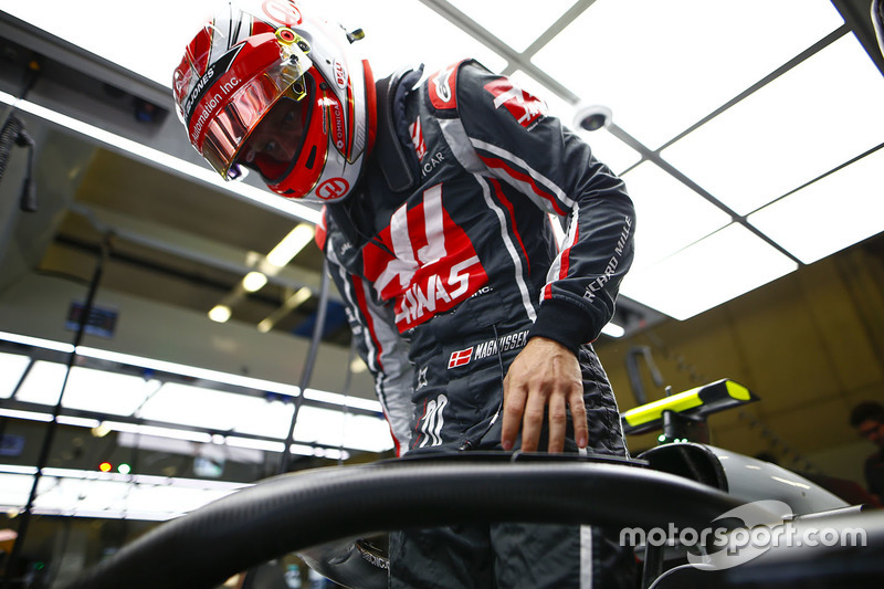 Kevin Magnussen, Haas F1 Team, enters his cockpit