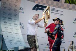 Podio: Jonathan Wheatley, gerente del equipo Red Bull y ganador de la carrera Max Verstappen, Red Bull Racing