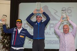 Le vainqueur Romain Dumas, avec Simone Faggioli et Peter Cunningham