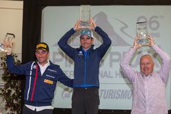 El ganador Romain Dumas, Simone Faggioli, Peter Cunningham