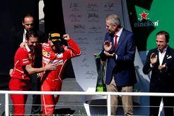Winnaar Sebastian Vettel, Ferrari op het podium met G. Vietina, Ferrari