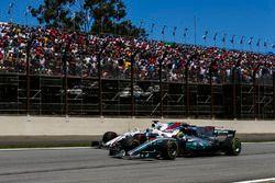 Lewis Hamilton, Mercedes AMG F1 W08, passeert Felipe Massa, Williams FW40