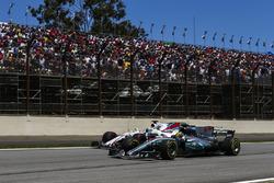 Lewis Hamilton, Mercedes AMG F1 W08, passe Felipe Massa, Williams FW40