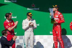 Podio: ganador de la carrera Sebastian Vettel, Ferrari, Segundo lugar Valtteri Bottas, Mercedes AMG