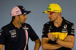 Sergio Perez, Force India y Nico Hulkenberg, Renault Sport F1 Team en la conferencia de prensa