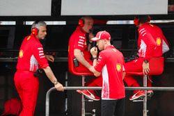 Sebastian Vettel, Ferrari, parla con Maurizio Arrivabene, Team Principal, Ferrari, e Jock Clear, Engineering Director, Ferrari, dopo l'incidente