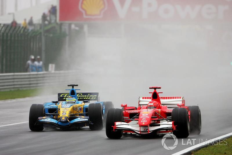 Шумахер ввязался в сражение с догнавшим его Физикеллой. И зря: итальянец уже обогнал Михаэля, но тот попытался вернуть позицию, немного не рассчитал и обломал себе переднее антикрыло в первом повороте «Хунгароринга»