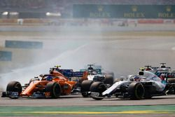 Stoffel Vandoorne, McLaren MCL33, leads Sergey Sirotkin, Williams FW41, and Lewis Hamilton, Mercedes AMG F1 W09, at the start