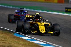 Carlos Sainz Jr., Renault Sport F1 Team R.S. 18, leads Brendon Hartley, Toro Rosso STR13