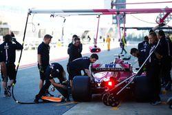 Sergio Perez, Force India, para en su zona del garaje