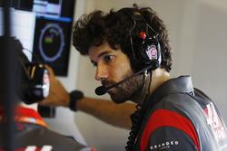 Un mécanicien Haas F1 Team travaille dans le garage