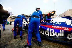 Brendon Hartley, Toro Rosso STR13 Honda, viene portato in griglia