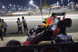 La monoposto incidentata di Max Verstappen, Red Bull Racing RB14 viene recuperata durante la Q1