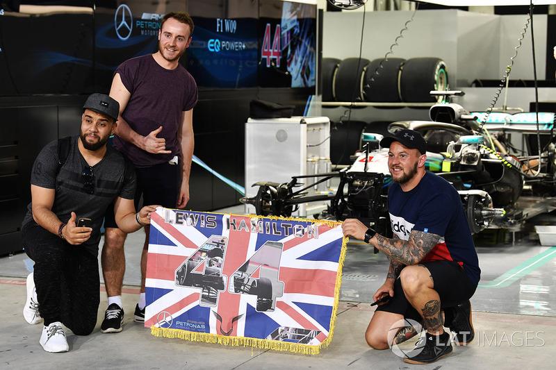 Lewis Hamilton, fanáticos de Mercedes-AMG F1 y pancarta en el Walkabout de pit lane