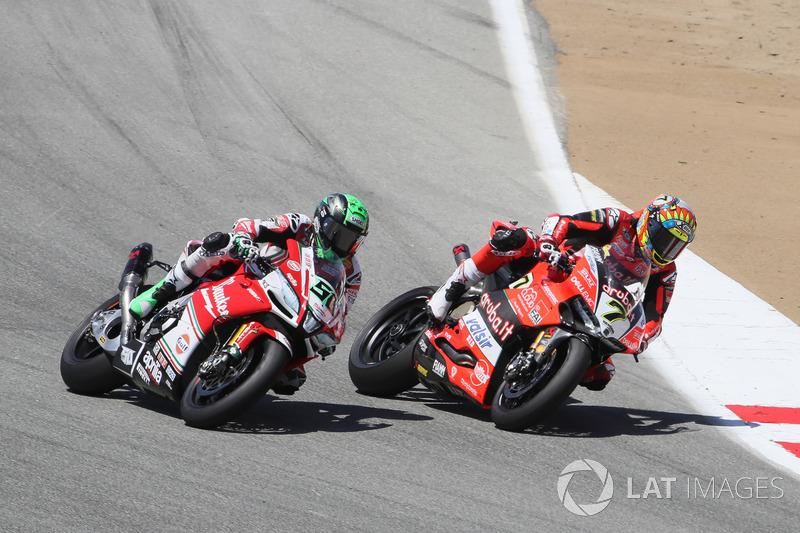 Chaz Davies, Aruba.it Racing-Ducati SBK Team supera Eugene Laverty, Milwaukee Aprilia in T2