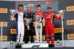 Le vainqueur Callum Ilott, ART Grand Prix, le deuxième, Pedro Piquet, Trident, le troisième, Joey Mawson, Arden International