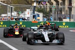 Valtteri Bottas, Mercedes AMG F1 W09, Daniel Ricciardo, Red Bull Racing RB14 Tag Heuer, and Max Verstappen, Red Bull Racing RB14 Tag Heuer
