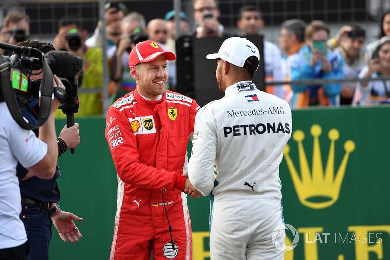 Ganador de la pole Sebastian Vettel, Ferrari y Lewis Hamilton, Mercedes-AMG F1 celebran en el parque cerrado