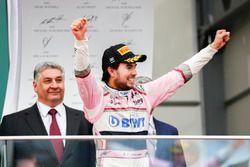 Le troisième, Sergio Perez, Force India, arrive sur le podium