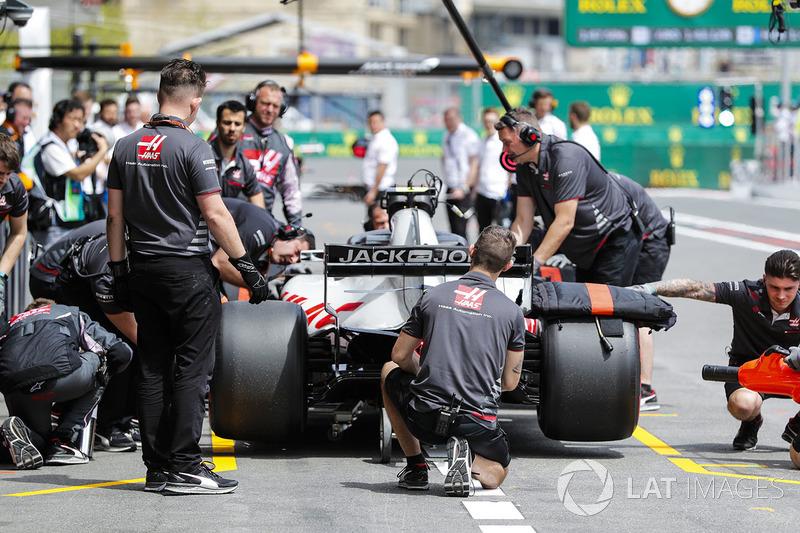 El equipo de Th Haas F1 en el pit lane con Kevin Magnussen, Haas F1 Team