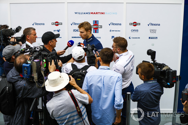 Sergey Sirotkin, Williams Racing, viene intervistato dai media