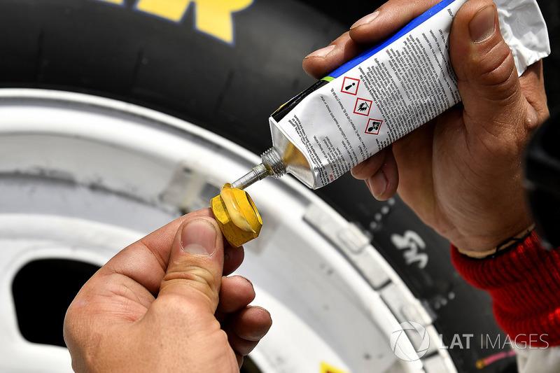 Paul Menard, Team Penske, Ford Mustang LTi Printing lug nuts