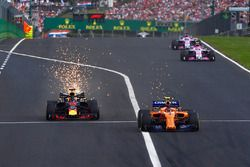 Daniel Ricciardo, Red Bull Racing y Fernando Alonso, McLaren MCL33 sacan chispas