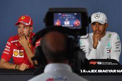 El ganador de la carrera Lewis Hamilton, Mercedes AMG F1, el segundo puesto Sebastian Vettel, Ferrari en la Conferencia de prensa