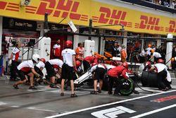Marcus Ericsson, Sauber C37 pit stop