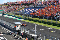 Fernando Alonso, McLaren MCL33 takes the chequered flag