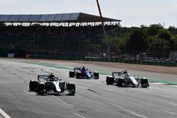 Valtteri Bottas, Mercedes-AMG F1 W09 y Marcus Ericsson, Sauber C37 practican una salida desde la parrilla