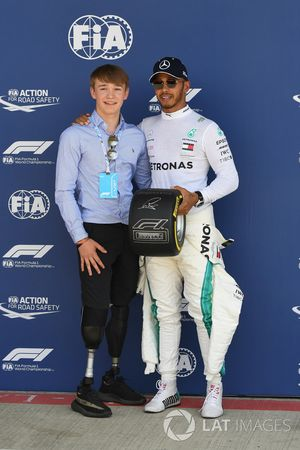 Lewis Hamilton, Mercedes-AMG F1 reçoit le Pirelli Pole Position Award de Billy Monger