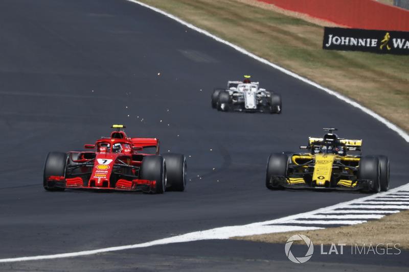 Кими Райкконен, Ferrari SF71H, и Карлос Сайнс, Renault Sport F1 Team RS18