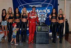 1. Kyle Busch, Joe Gibbs Racing, mit Ehefrau Samantha, Sohn Brexton und den Monster-Girls