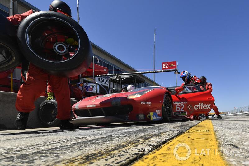 #62 Risi Competizione Ferrari 488 GTE, GTLM: Alessandro Pier Guidi, Toni Vilander, James Calado, pit stop