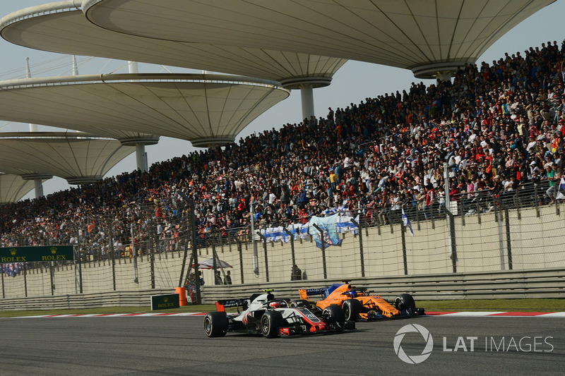 Kevin Magnussen, Haas F1 Team VF-18 y Fernando Alonso, McLaren MCL33 batalla